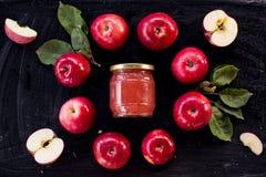 Czerwonego jabłczanego dżemu składnika odgórny widok obrazy royalty free