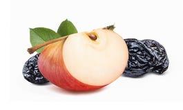 Czerwonego jabłka kwartalne i suche śliwki Obrazy Royalty Free