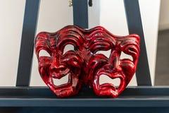 Czerwonego karnawału maskowa reprezentuje radość i smucenie obraz stock