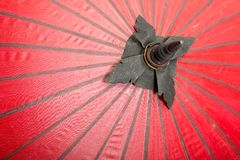 Czerwonego koloru parasole zamykają up, tradycyjny azjatykci craftsmanship w Tajlandia i Myanmar, tło tekstura obrazy stock