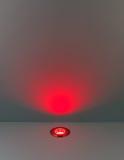 Czerwonego koloru tło z oświetleniową żarówką Zdjęcia Stock