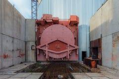 Czerwonego metalu bramy hermetyczny drzwi airlock reaktor jądrowy zaniechana niedokończona władzy jednostka elektrownia jądrowa Zdjęcia Stock