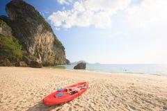 Czerwonego morza czółno na złotej piasek plaży w lato czasie Fotografia Stock