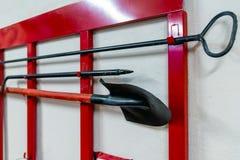Czerwonego ogienia stojak z gaśniczymi narzędziami fotografia royalty free
