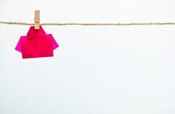 Czerwonego origami koszulowy papierowy obwieszenie na arkanie Obrazy Stock