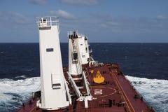Czerwonego pokładu wielki masowy przewoźnik na tle ocean Obrazy Stock