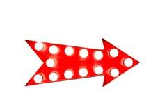 Czerwonego rocznika jaskrawy i kolorowy iluminujący metalu pokazu strzała znak na białym tle fotografia stock