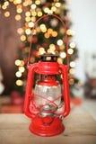 Czerwonego rocznika nafciana lampa przed choinką Zdjęcia Royalty Free