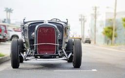 Czerwonego rocznika zegaru stary samochód parkujący Fotografia Stock