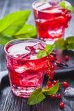 Czerwonego rodzynku koktajl z lodową i świeżą mennicą na czarnym drewnianym stole Obraz Royalty Free