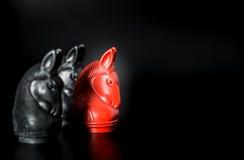Czerwonego rycerza Tajlandzki szachy i Czarnego rycerza Tajlandzki szachy na Czarnym tle i selekcyjnej ostrości Zdjęcie Royalty Free