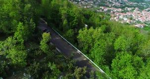 Czerwonego sporta odwracalny samochodowy chodzenie w Amalfi wybrzeżu zdjęcie wideo