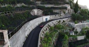 Czerwonego sporta odwracalny samochodowy chodzenie w Amalfi wybrzeżu zbiory wideo