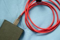 Czerwonego USB kablowy i czarny powerbank Zdjęcia Royalty Free