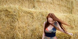 Czerwonego włosy bezpłatna młoda kobieta z piegiem Fotografia Royalty Free