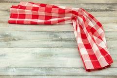 Czerwonego w kratkę tablecloth piękny fałdowy na nieociosanym jaskrawym woode obraz royalty free