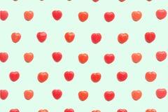 Czerwonego walentynki ` s dnia cukierku kierowy wzór na zielonym pastelowym papierowego koloru tle pocałunek miłości człowieka ko Fotografia Royalty Free