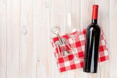 Czerwonego wina butelka, szkło i corkscrew, Obrazy Royalty Free