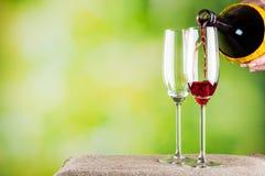 Czerwonego wina dolewanie Obrazy Stock