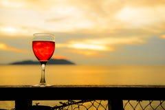 Czerwonego wina szkło przy zmierzchem fotografia stock