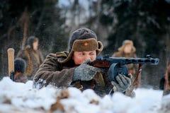 Czerwonego wojska piechoty żołnierz strzela jego PPSh submachine pistolet Obraz Stock