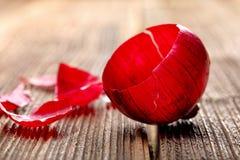 Czerwonej cebuli pusta skóra na drewnianym tle z przestrzenią dla teksta Obraz Stock