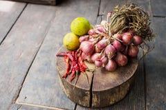 Czerwonej cebuli zieleni cytryna suszył gorącego chili pieprzu Obrazy Royalty Free