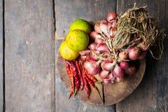 Czerwonej cebuli zieleni cytryna suszył gorącego chili pieprzu Zdjęcie Royalty Free