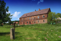 Czerwonej cegły dom w ładnej lato pogodzie obrazy stock