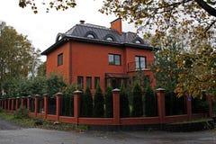 Czerwonej cegły dom w przedmieściach St Petersburg Zdjęcie Stock