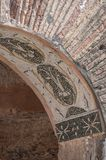 Czerwonej cegły ruiny z mozaiki płytki projektem w archway w archeological miejscu brzęczenia Ostia Antica Włochy, Kwiecień - 23, Zdjęcie Royalty Free