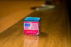 Czerwonej etykietki basenu wskazówki bilardowa kreda z flaga amerykańską Obraz Royalty Free