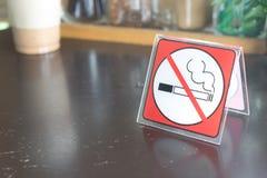 Czerwonej etykietki palenie zabronione znak wystawiający Zdjęcie Royalty Free