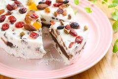 Czerwonej fasoli gąbki tort z migdałem i jagodą na bielu talerzu Zdjęcie Stock