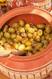 Czerwonej gliny ceramiczny puchar świeżo przygotowane, pittless oliwki, zdjęcia stock