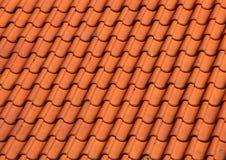 Czerwonej gliny Dachówkowy dach na Starym gospodarstwo rolne domu tle Zdjęcia Stock