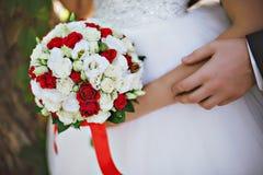 Czerwonej i białej panny młodej bukiet Zdjęcia Royalty Free