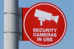 Czerwonej kamery bezpieczeństwa W Użyciu znak na szarości poczta i Pogodnym niebieskim niebie zdjęcia stock