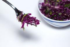 Czerwonej kapusty Coleslaw sałatka z pietruszką - zdrowa dieta, detox, weganin, jarosz, jarzynowa wiosny sałatka, kopii przestrze Zdjęcie Royalty Free