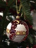 Czerwonej kuli ziemskiej dekoraci Bożenarodzeniowy szczegół Fotografia Royalty Free