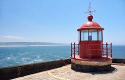 Czerwonej latarni morskiej lampowy pokój na niebieskiego nieba i morza tle w Nazar Obraz Royalty Free