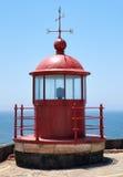Czerwonej latarni morskiej lampowy pokój na niebieskiego nieba i morza tle w Nazar Zdjęcie Stock