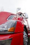 Czerwonej nowożytnej ciężarówki zamknięty widok na lekkim tle semi Fotografia Stock