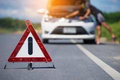 Czerwonej przeciwawaryjnej przerwy szyldowy i biały samochód po wypadku na drodze obrazy royalty free