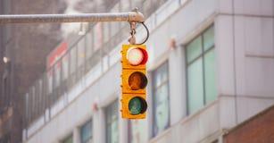 Czerwoni światła ruchu dla samochodów, plama budynków biurowych tło zdjęcie royalty free