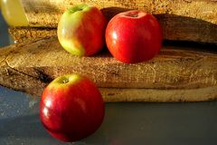 Czerwoni Amasya jabłka Turcja i pożarniczy drewna obrazy royalty free