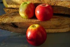 Czerwoni Amasya jabłka Turcja i pożarniczy drewna fotografia royalty free