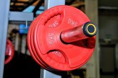 Czerwoni barbell talerze z inskrypcją 5 kg Obrazy Royalty Free