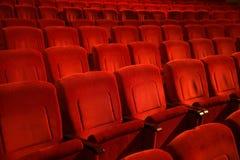 Czerwoni barwioni puści kin krzesła w rzędzie Zdjęcia Stock