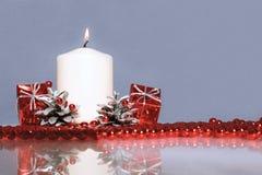 Czerwoni boże narodzenia ornament i świeczka Obrazy Royalty Free